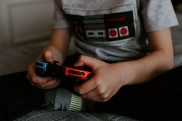 mit Gamecontroller spielendes Kind